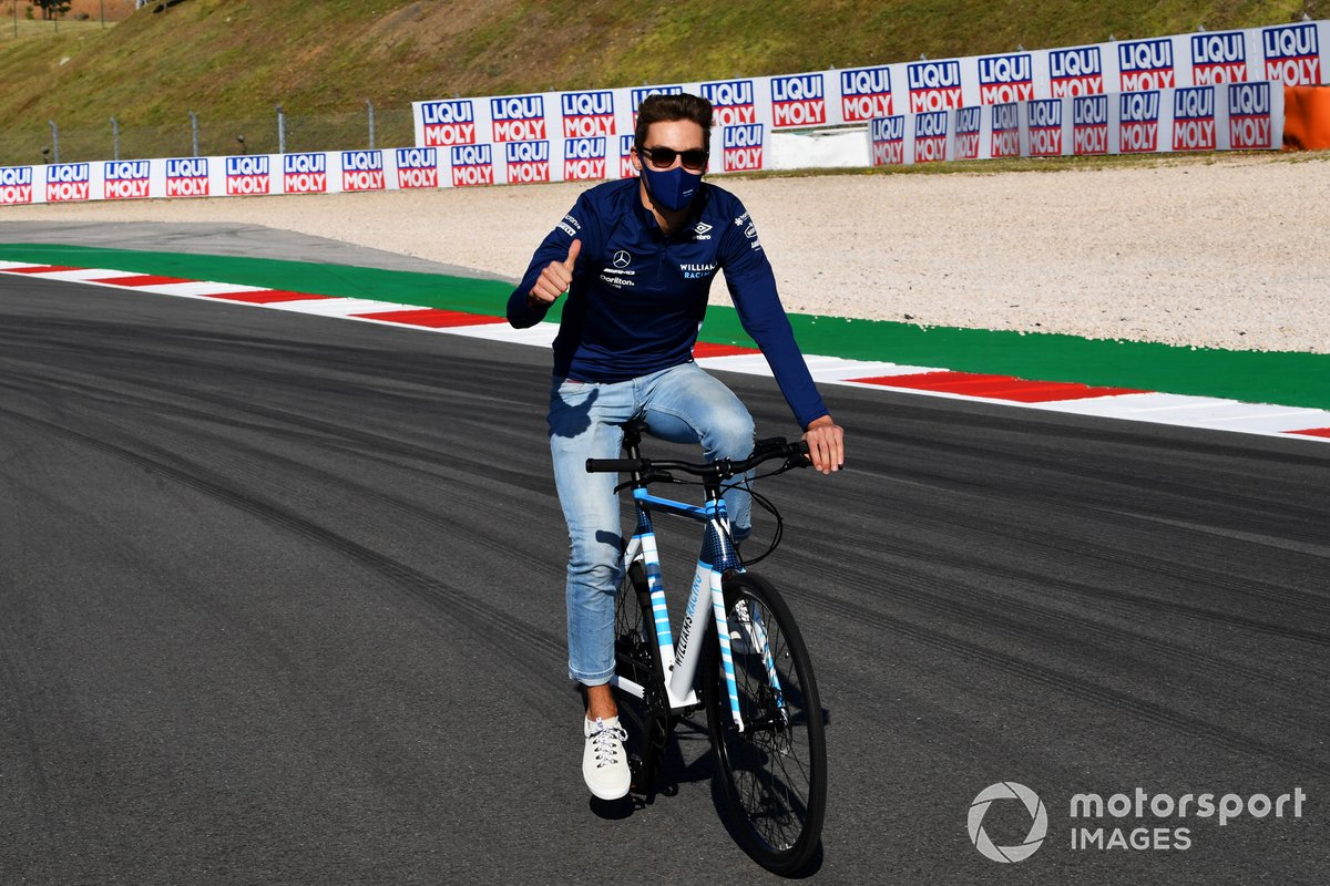 George Russell, Williams, recorre la pista en bici