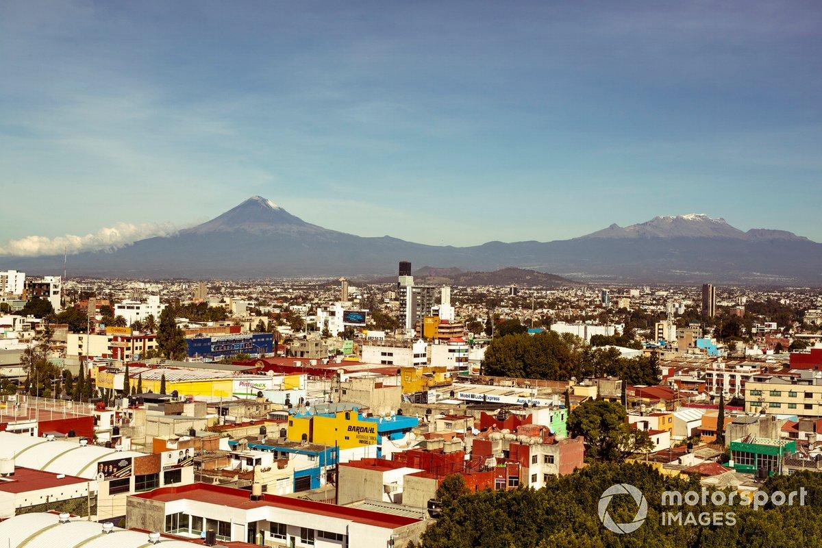 Aspectos de la ciudad de Puebla y el volcán Popocatépetl