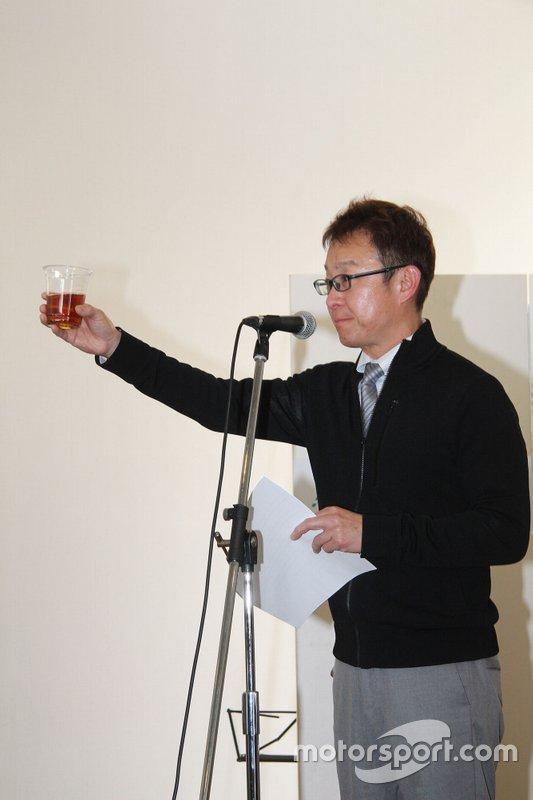 ドライバーでありサポーターでもある来夢の韓元徳さんが思い出を語るとともに音頭を 取り献杯