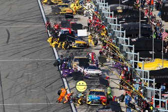 Kyle Busch, Joe Gibbs Racing, Toyota Camry M&M's, pit stop, Denny Hamlin, Joe Gibbs Racing, Toyota Camry FedEx Express
