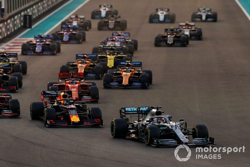 Lewis Hamilton, Mercedes AMG F1 W10, precede Max Verstappen, Red Bull Racing RB15, Charles Leclerc, Ferrari SF90, Sebastian Vettel, Ferrari SF90, Lando Norris, McLaren MCL34, Carlos Sainz Jr., McLaren MCL34, e il resto delle auto all'inizio della gara