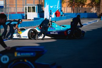 Mechanics push Ma Qing Hua, NIO 333, NIO FE-005 back into the garage