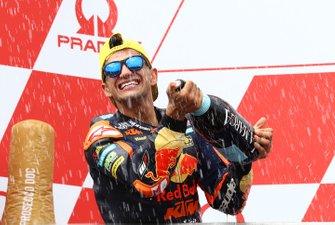 Jorge Martin, KTM Ajo, fête sa victoire sur le podium