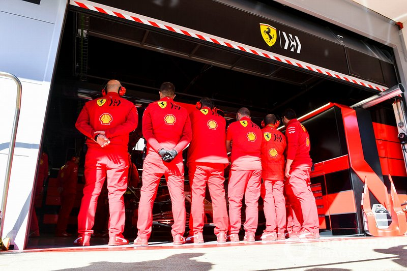 Ferrari mechanics make a wall to hide the Ferrari SF1000 in the garage