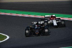 Romain Grosjean, Haas F1 Team VF-19, precede Kimi Raikkonen, Alfa Romeo Racing C38