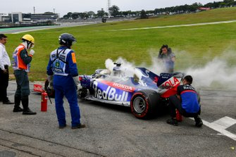 Car of Daniil Kvyat, Toro Rosso STR14 being recovered by Toro Rosso engineers