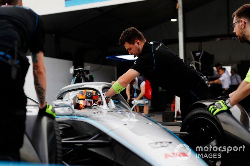 Mechanics push Stoffel Vandoorne, Mercedes Benz EQ, EQ Silver Arrow 01