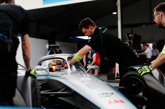 Mechanics push Stoffel Vandoorne, Mercedes Benz EQ, EQ Silver Arrow 01