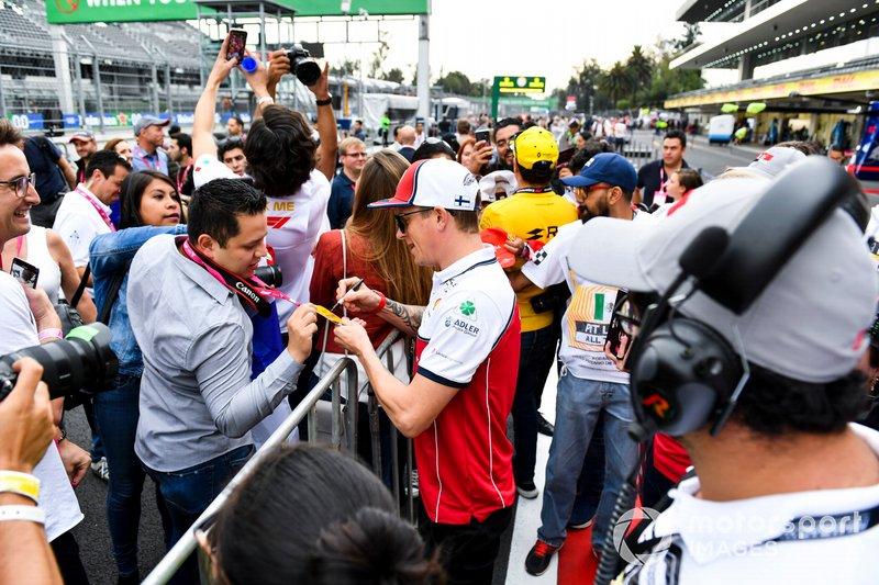 Kimi Raikkonen, Alfa Romeo Racing firma un autógrafo para un aficionado