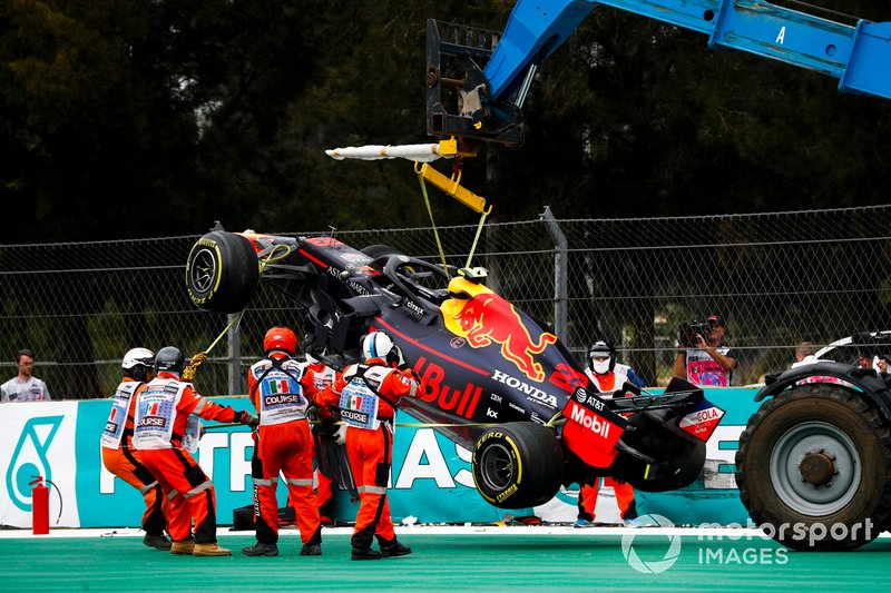 El coche de Alex Albon, Red Bull RB15 es removido después de un accidente en la FP2