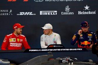 Sebastian Vettel, Ferrari, polesitter Valtteri Bottas, Mercedes AMG F1, en Max Verstappen, Red Bull Racing, in de persconferentie