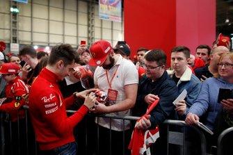 Charles Leclerc, Ferrari firma un casco replica in miniatura per un fan davanti al palco dell'Autosport