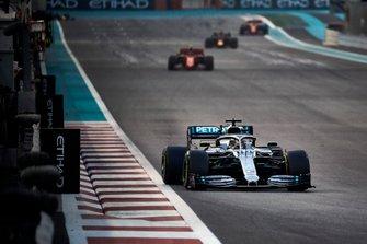 Lewis Hamilton, Mercedes AMG F1 W10, voor Charles Leclerc, Ferrari SF90, en Max Verstappen, Red Bull Racing RB15