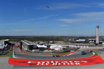 Kimi Raikkonen, Alfa Romeo Racing C38, devant Nico Hulkenberg, Renault F1 Team R.S. 19, Daniil Kvyat, Toro Rosso STR14, et Romain Grosjean, Haas F1 Team VF-19