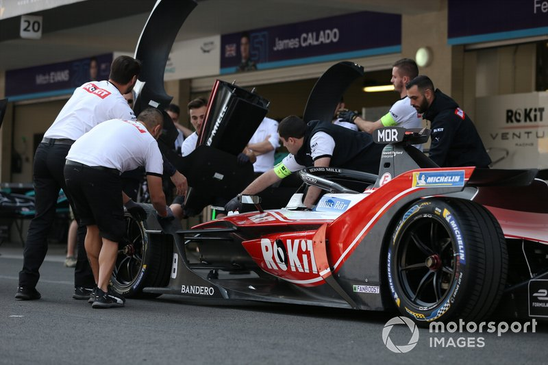 Members of the team practice changing the nose cone on Edoardo Mortara's Venturi, EQ Silver Arrow 01