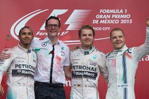 Подиум: победитель гонки Нико Росберг, Mercedes AMG F1, второе место – Льюис Хэмилтон, Mercedes AMG F1, Эндрю Шовлин, главный гоночный инженер Mercedes AMG F1, третье место – Валттери Боттас, Williams F1