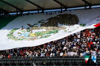 Los fans despliegan una enorme bandera mexicana