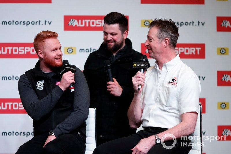 Los pilotos de BTCC Josh Cook, Daniel Rowbottom y Matt Neal son entrevistados en el escenario