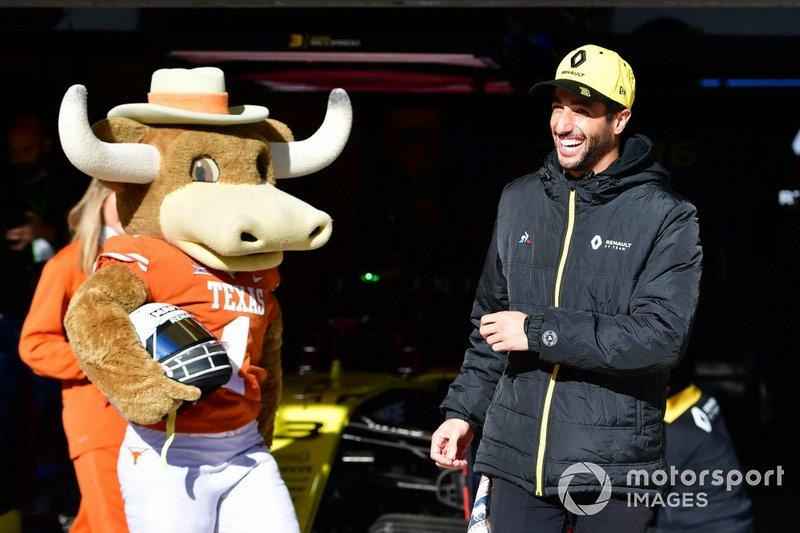 Гонщик Renault Sport F1 Team Даниэль Риккардо, чирлидинг-команда Texas Longhorn и шлем в новом окрасе