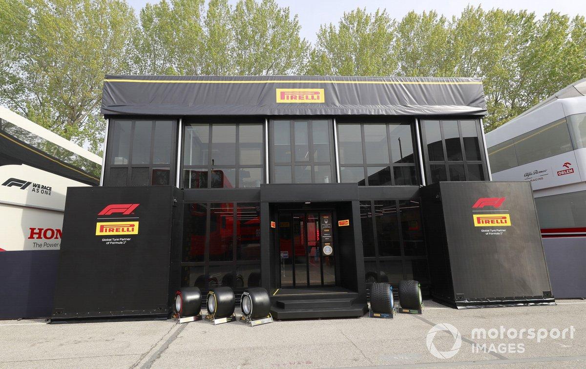 El motorhome de Pirelli en el paddock