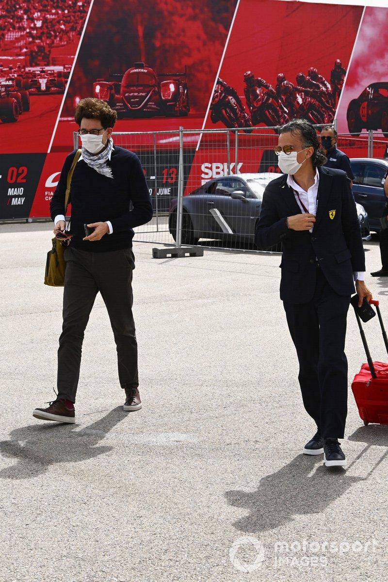 Mattia Binotto, director del equipo Ferrari, y Laurent Mekies, director de carreras de Ferrari, llegan al circuito