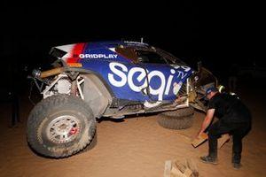Repairs are made to the Sara Price, Segi TV Chip Ganassi Racing, crash