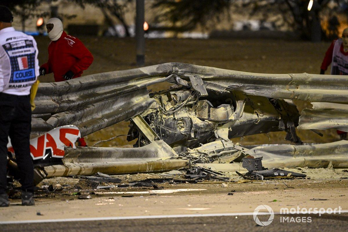Los restos quemados del monoplaza de Romain Grosjean, Haas VF-20 y barra de conteción dañada