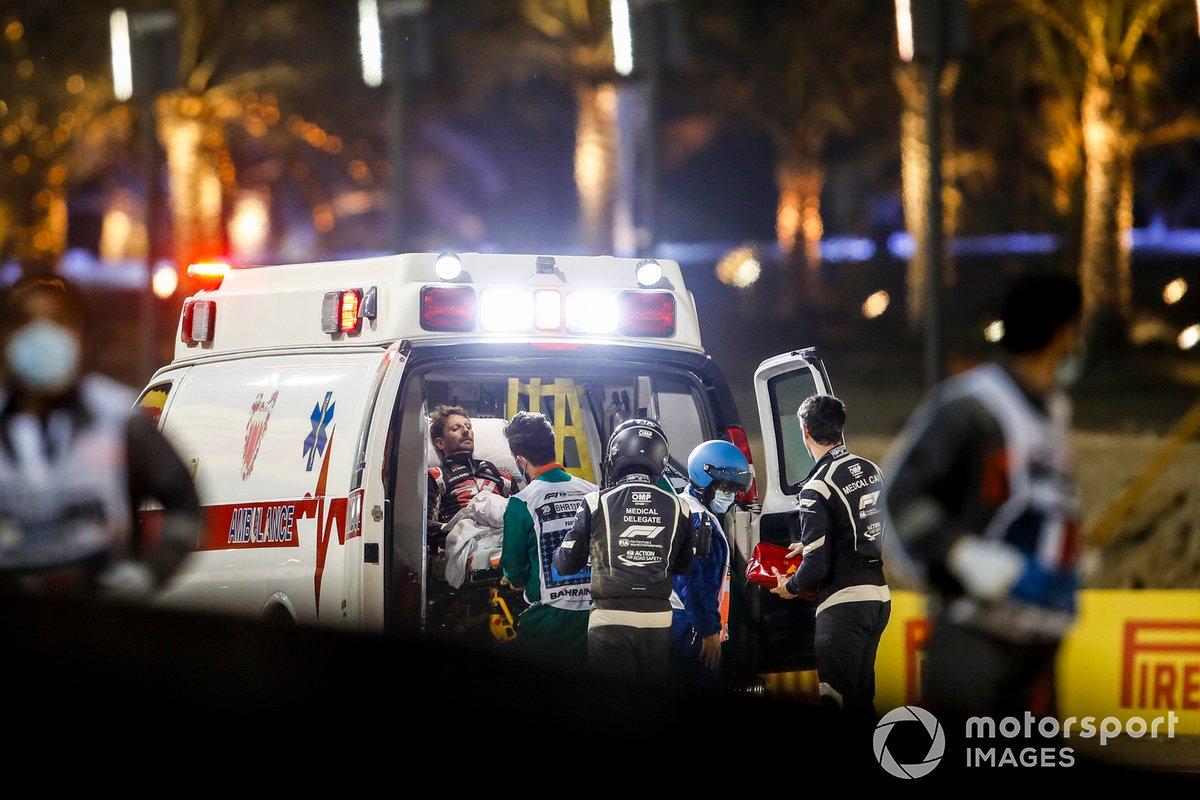 Romain Grosjean, Haas F1, viene caricato sull'ambulanza dopo il tremendo impatto avuto al primo giro