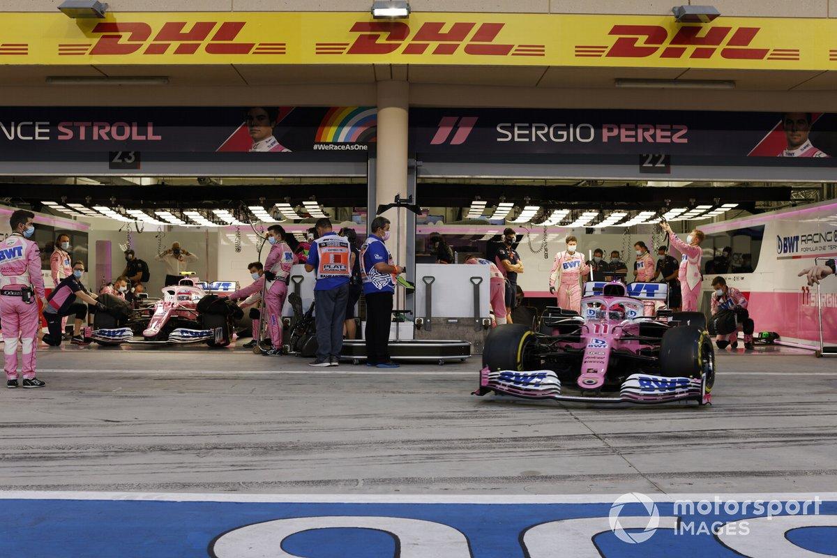 Sergio Pérez, Racing Point RP20 sale de su garaje, delante de Lance Stroll, Racing Point RP20