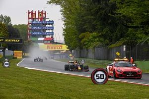 De safety car, Max Verstappen, Red Bull Racing RB16B, en Lewis Hamilton, Mercedes W12
