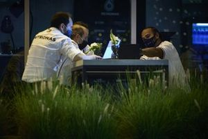 Lewis Hamilton, Mercedes-AMG F1, in discussion with members of the team