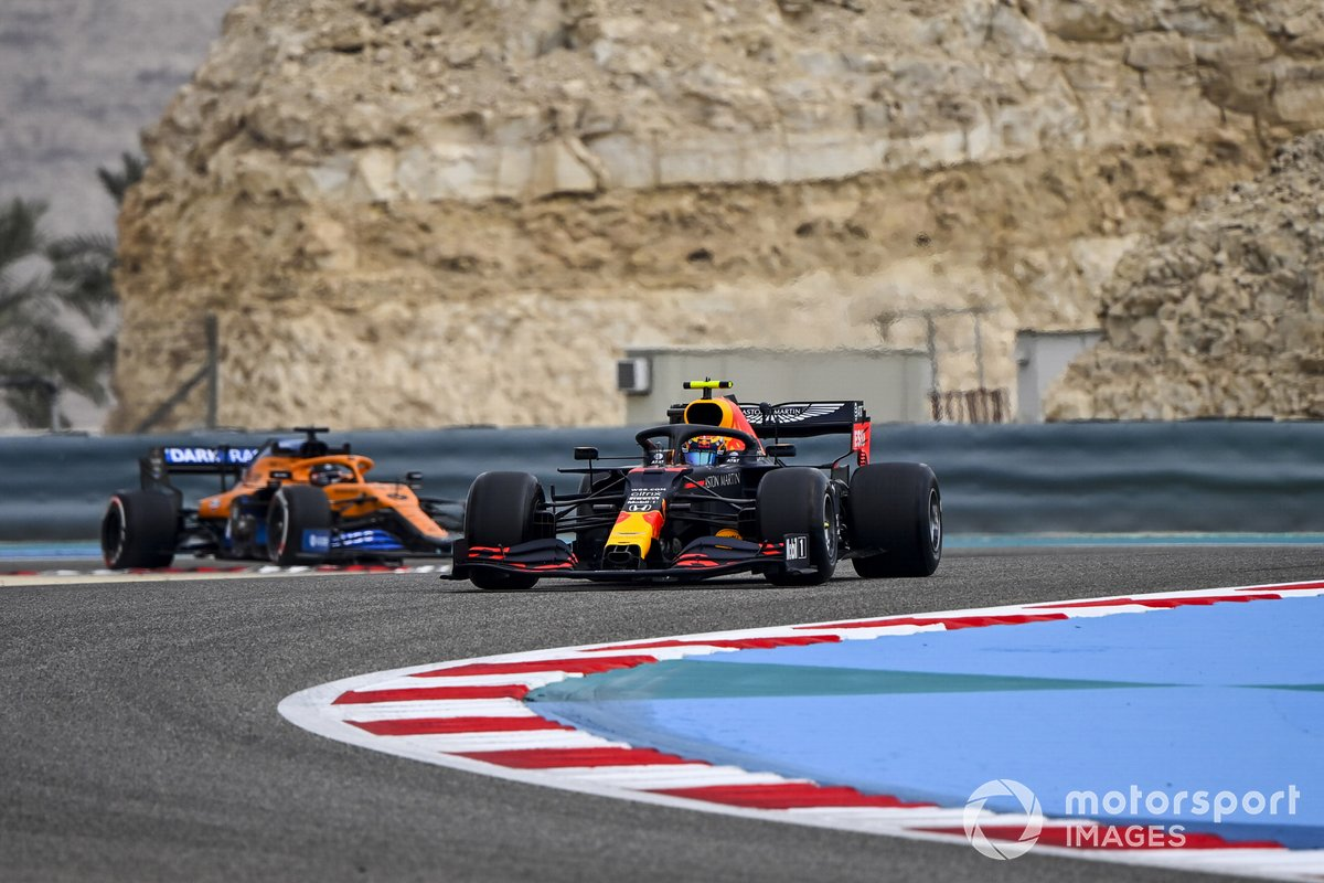 Alex Albon, Red Bull Racing RB16 y Carlos Sainz Jr., McLaren MCL35