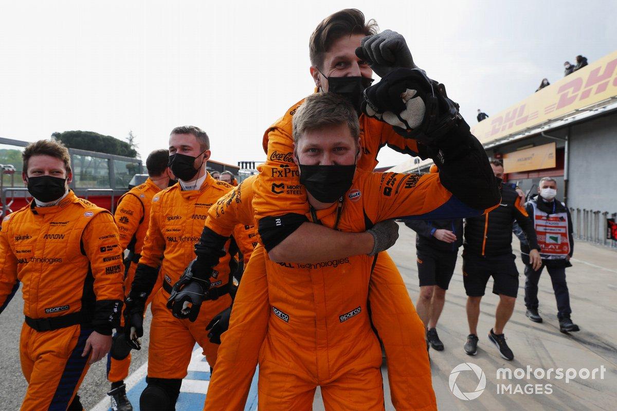 Los mecánicos de McLaren celebran en el pitlane