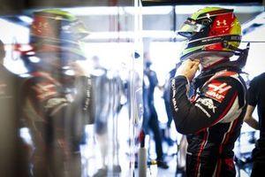 Mick Schumacher, Haas, puts on his helmet