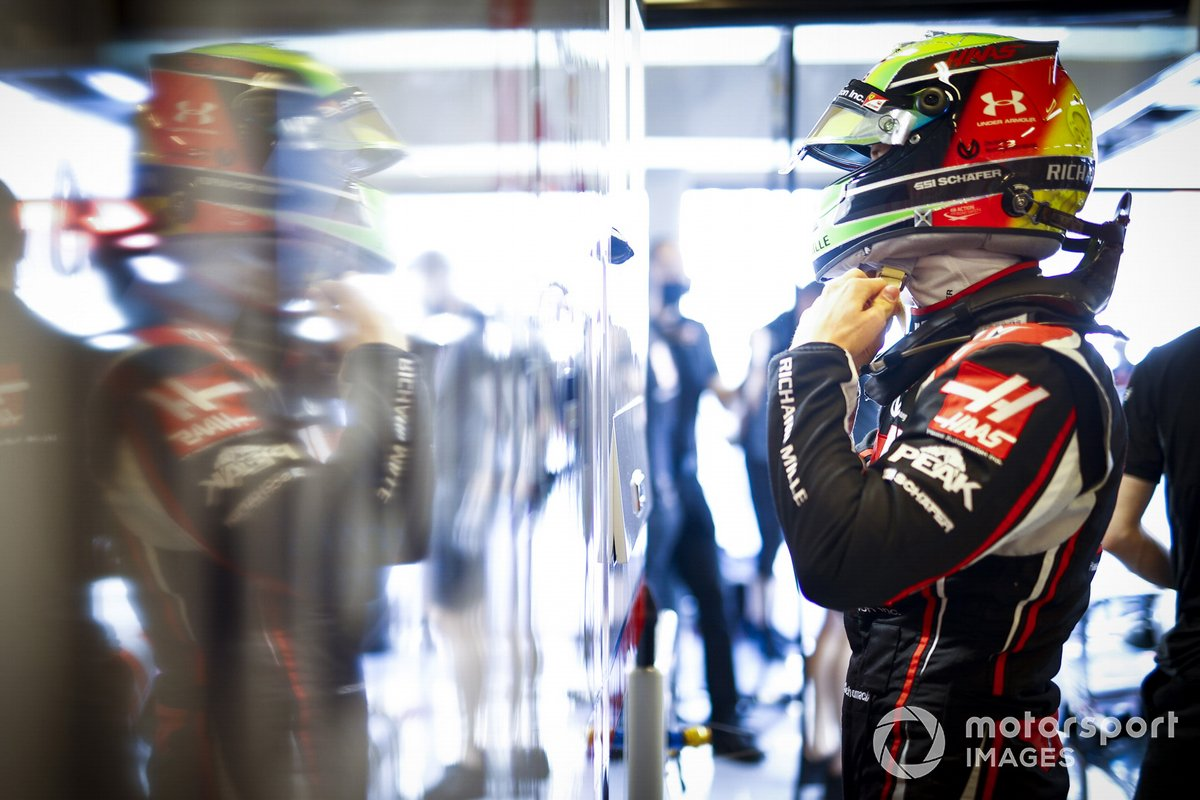 Mick Schumacher, Haas, mentre indossa il casco