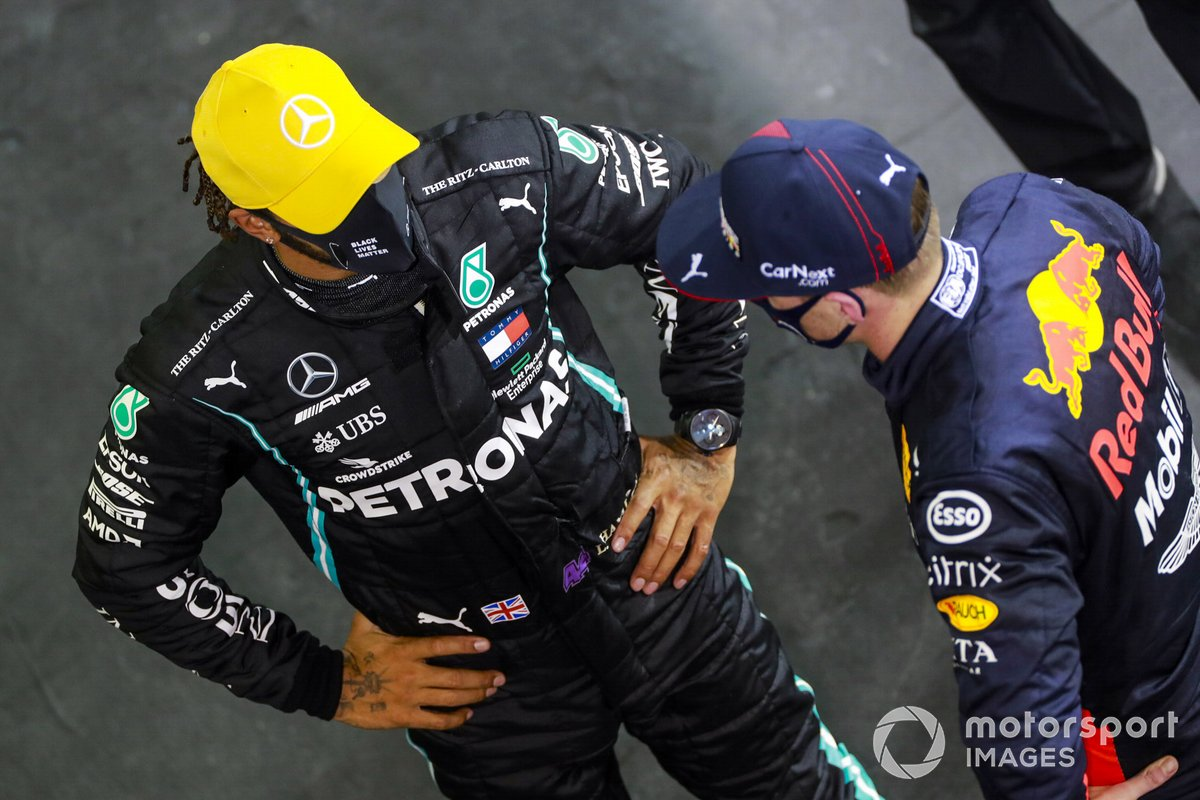 Lewis Hamilton, Mercedes-AMG F1, con Max Verstappen, Red Bull Racing, nel Parc Ferme