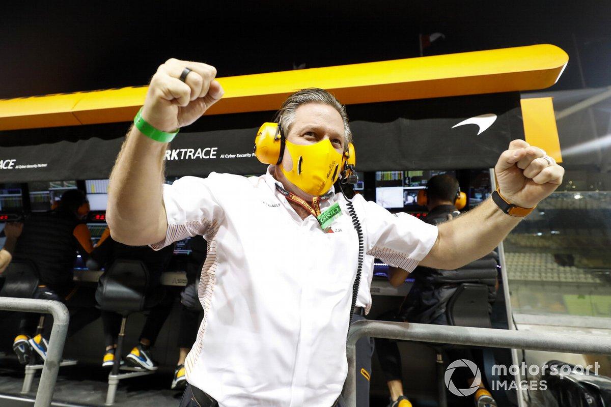 El equipo de McLaren celebra el tercer lugar en el campeonato de constructores