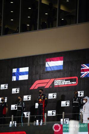Paul Monaghan, Ingénieur en Chef, Red Bull Racing, le deuxième Valtteri Bottas, Mercedes-AMG F1, le vainqueur Max Verstappen, Red Bull Racing, et le troisième Lewis Hamilton, Mercedes-AMG F1, sur le podium
