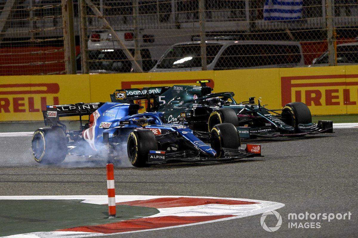 Fernando Alonso, Alpine A521, Sebastian Vettel, Aston Martin AMR21
