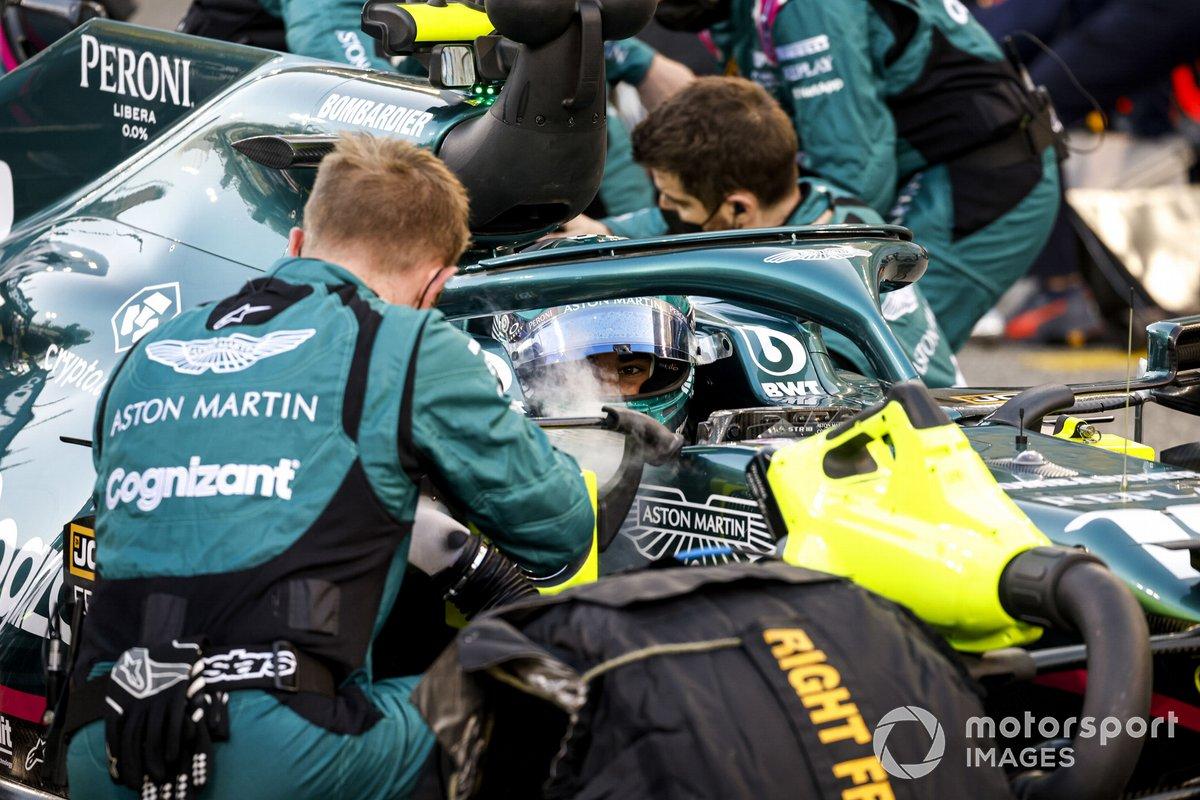 Mecánicos en la parrilla con Lance Stroll, Aston Martin AMR21
