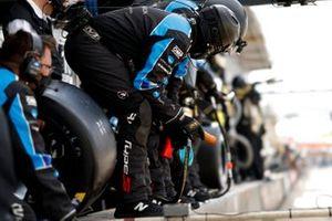 #10 Wayne Taylor Racing Acura ARX-05 Acura DPi crew