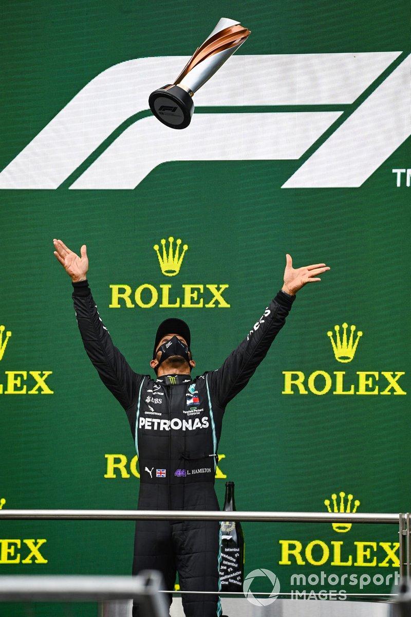 Podio: ganador y campeón del mundo Lewis Hamilton, Mercedes-AMG F1