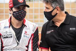 Nelsinho Piquet conversa com Dener Pires, promotor da Porsche Cup