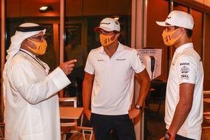 El Príncipe Heredero Salman bin Hamad bin Isa Al Khalifa charla con Carlos Sainz Jr., McLaren, y Lando Norris, McLaren