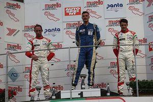 Podio Gara 1: il vincitore Matteo Pollini, Giacomo Race, il secondo classificato Lorenzo Pegoraro, Best Lap, il terzo classificato Dario Capitanio, Best Lap