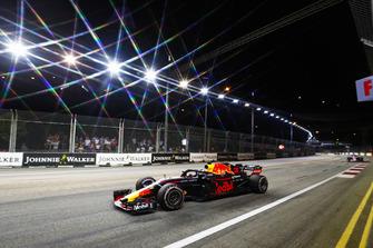 Daniel Ricciardo, Red Bull Racing RB14, leads Sergio Perez, Racing Point Force India VJM11
