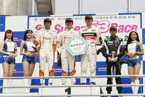 第7戦表彰台:宮田莉朋(カローラ中京 Kuo TEAM TOM'S)、坪井翔(カローラ中京 Kuo TEAM TOM'S)、笹原右京(ThreeBond Racing)