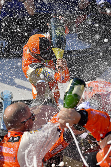 Chase Elliott, Hendrick Motorsports, Chevrolet Camaro SunEnergy1 celebrates with champagne in victory lane