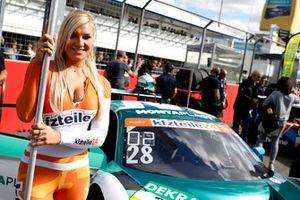 Una chica de la parrilla para #28 Montaplast by Land-Motorsport Audi R8 LMS: Sheldon van der Linde, Kelvin van der Linde