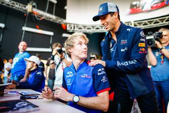Brendon Hartley, Scuderia Toro Rosso, signe des autographes avec Daniel Ricciardo, Red Bull Racing